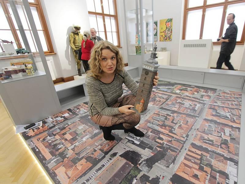 Jihočeské muzeum otevře 28. října novou stálou expozici Příběh města Českých Budějovic. Tři sály zaplní přes tisíc předmětů. Na snímku muzejní pedagožka Jitka Pešková u interaktivní mapy, s modelem Černé věže.