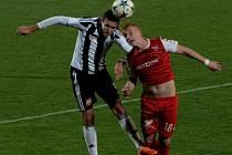 Jan Hála v zápase Dynama s Pardubicemi bojuje s Michalem Petráněm. O víkendu fotbalové soutěže na jihu Čech pokračují.