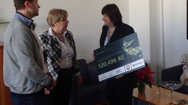 Šek pro pomoc Afričanům převzala včera Michaela Čermáková (vpravo) a Ivana Stráská z rukou Ivana Kafky.