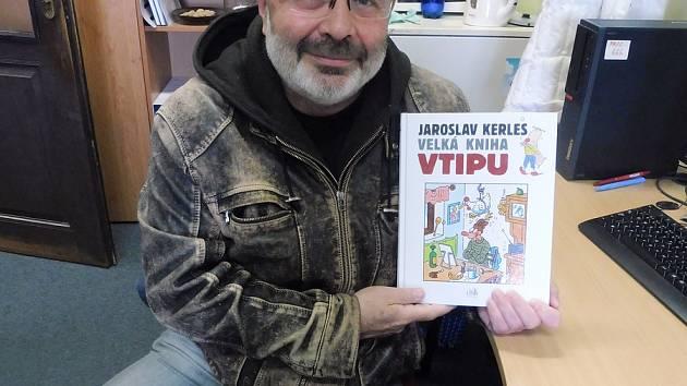 Knihu vtipů budou křtít v DK Kanzelsberger. Na snímku syn Jaroslava Kerlese Marek s knihou.