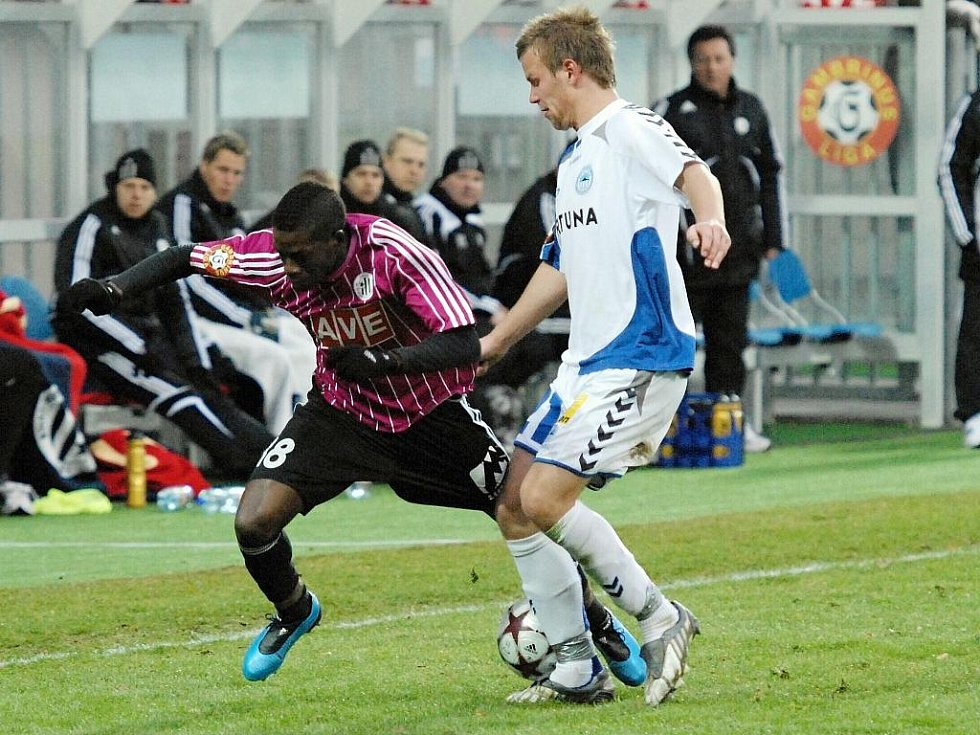 Fernando Hudson uniká libereckému Dejmkovi: fotbalisté Dynama hráli v lize doma s Libercem nerozhodně 1:1.