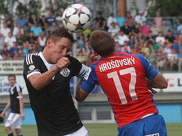 Petr Benát v zápase Dynama s Plzní bojuje s hostujícím Hrošovským.