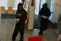 Dva mladíci ve věku kolem 20 let se ve středu pokusili loupit v táborské spořitelně. Vyrušil je náhodný svědek a oni utekli. Pokud jste je spatřili, zavolejte na bezplatnou linku 158.