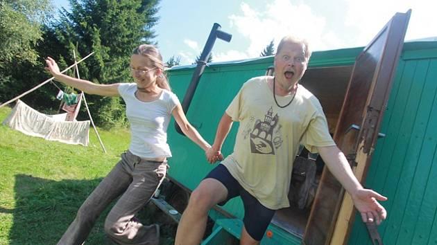 Spisovatel David Jan Žák a jeho žena Lenka tráví veškerý volný čas v maringotce v Novohradských horách.