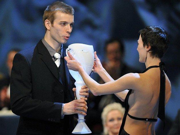 Zdeněk Mládek (na snímku), sólista baletu Jihočeského divadla, získal v sobotu večer v pražském Národním divadle prestižní cenu Thálie. Porota ho ocenila za jeho výkon v baletu So In Love. Mládek je prvním Jihočechem, který na toto ocenění dosáhl.