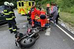 U lipenské hráze se srazilo auto s motorkou.