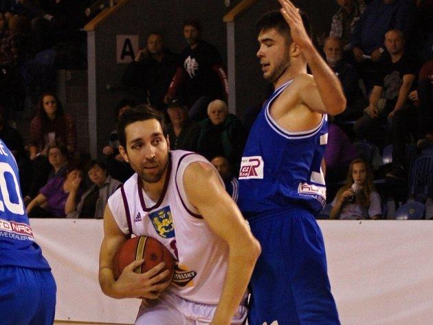 JDE DO TUHÉHO. Ve středu prohráli basketbalisté Lions s USK Praha. Na snímku s míčem pivot Pavel Novák.