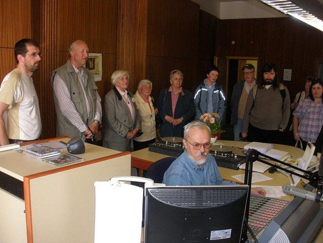 Posluchači si se zájmem prohlíželi studio.
