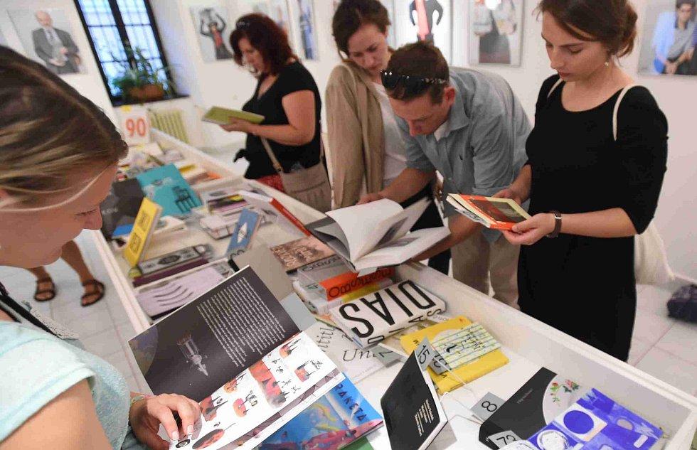 Táborský knižní festival Tabook rozžil o víkendu kotnovskou sýpku i další prostory ve městě. Na snímku výstava v Galerii 140.