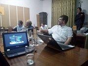 Ve volebním štábu KDU-ČSL sledují, jak naskakují výsledky.