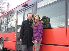 Ve středu budou Václav Pelouch a Pavlína Loumová hrát cestujícím městské hromadné dopravy vánoční koledy.