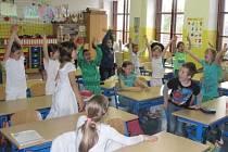 Nadšení dětí poté, co se dozvěděly, že pojedou na představení do Divadla Spejbla a Hurvínka.