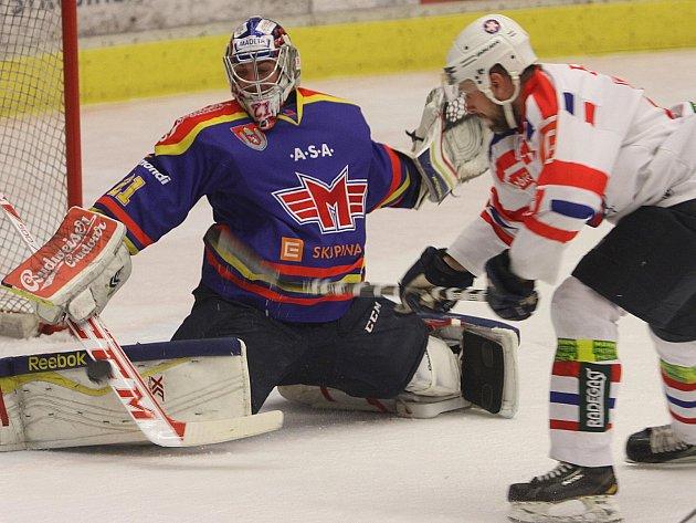 PLAY OFF. Gólman Motoru Ondřej Bláha zachraňuje před Michalem Vodným z Třebíče ve včerejším prvním semifinále.