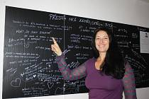 """Velké i úplně obyčejné tužby píší lidé na tabuli v kavárně Fér Café. Monika Hasalová chce předtím, než zemře, vědět, že je šťastná. """"A tímhle projektem si už to přání plním,"""" usmívá se."""