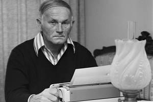 Začíná rok Bohumila Hrabala, letos 28. března uplyne sto let od jeho narození. Na snímku Bohumil Hrabal ve svém pražském bytě 17. října 1979.