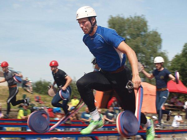 Vsobotu před polednem začal na českobudějovickém stadionu TJ Sokol závod profesionálních hasičů vběhu na 100metrů spřekážkami.
