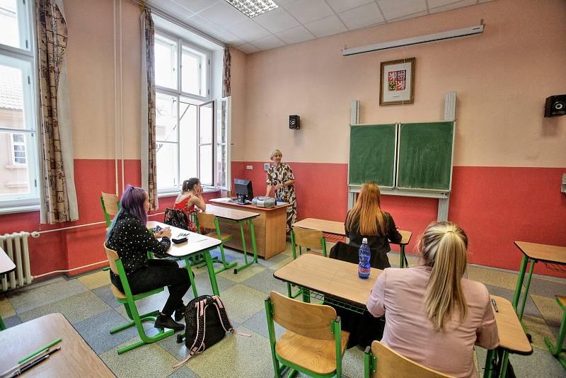 I studenti z Gymnázia Česká 64 dneska zasedli do lavic, aby napsali své maturitní testy.