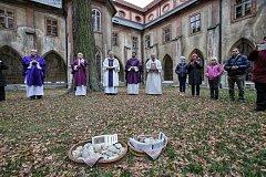 Druhou prosincovou neděli si lidé po celém světě připomínají památku  zemřelých dětí. Za svoje malé, ale i dospělé děti přišli zapálit svíčku jejich rodiče i sourozenci.