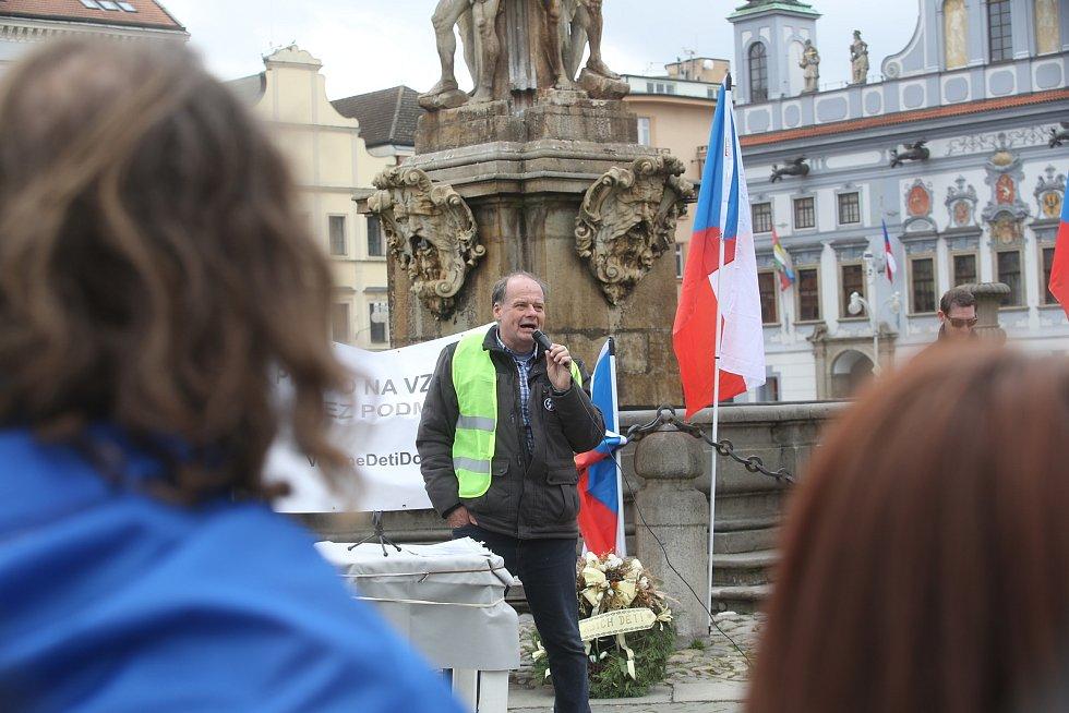 Na českobudějovickém náměstí Přemysla Otakara II. se v sobotu od 14 hodin demonstrovalo proti opatřením proti zpřísněným opatřením proti Covidu-19.