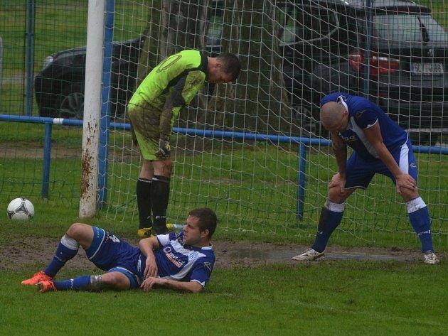 Typický obrázek ze Strakonic, gól, hlavy dole: zleva Rojík, Ježdík a Halama.