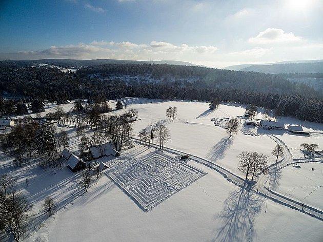 Stvořili bludiště ve sněhu.