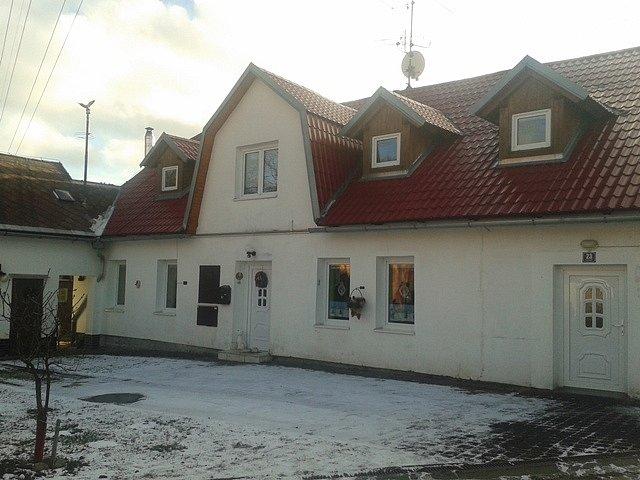 V tomto domě, dnes moderním, bydlela filmová studentka Jana (J. Brejchová).