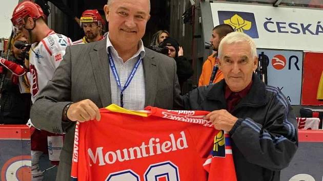 V předvečer svých osmadesátin převzal Milan Hönig od generálního manažera Mountfieldu Zdeňka Blažka dres českobudějovických hokejistů se svou jmenovkou.