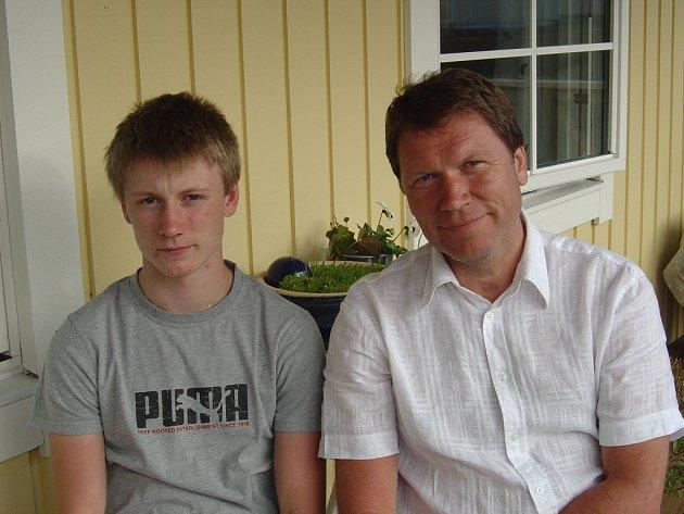 Milan Srba zamlada sám hokej hrával a jako otec k němu později vedl i svého syna Martina (vlevo). Ten nastupuje za jeden ze stockholmských klubů – Varmdö HC.