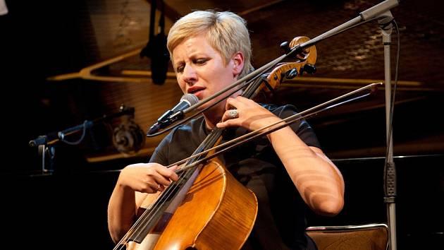 Přesahy nabízí cyklus B, který připravuje Jihočeská filharmonie. V budějovickém Metropolu se 29. října s ní představila pianistka Beata Hlavenková, v druhé půli ji doprovodily Lenka Dusilová a violoncellistka Dorota Barová (na snímku).