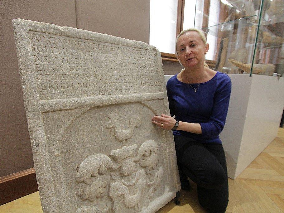 Jihočeské muzeum otevře 28. října novou stálou expozici Příběh města Českých Budějovic. Tři sály zaplní přes tisíc předmětů. Na snímku archeoložka Zuzana Thomová.