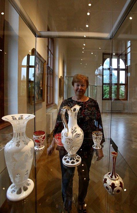 Jihočeské muzeum vystavilo zajímavosti ze své sbírky skla, která čítá 3000 kusů. Na snímku kurátorka Nora Jelínková.