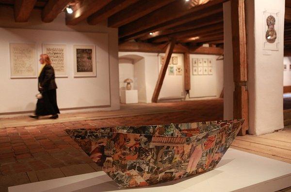 Egon Schiele Art Centrum představuje výstavou Ostatky ráje osobnost Jiřího Koláře, od jehož narození letos uplyne 100let. Vpopředí na snímku Upovídaná loď, 1967.