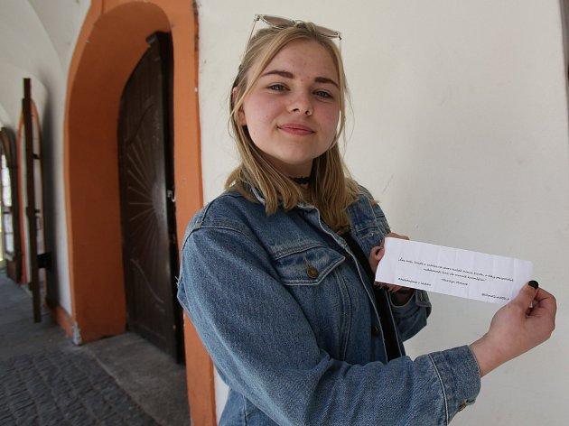 Karolína Percivalová rozmisťuje v ulicích Českých Budějovic milé vzkazy.