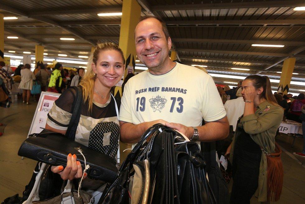 Vybrat kabelku si na Kabelkový veletrh Deníku přišli také Michaela Smejkalová a Christian Beďa.