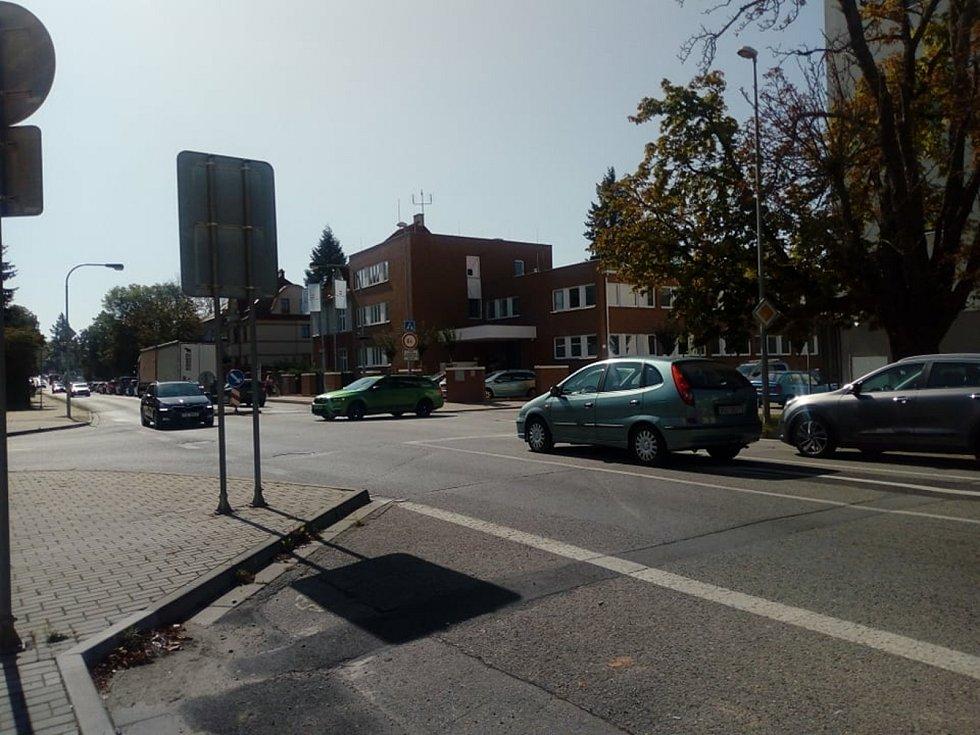 V okolí hlavního parkoviště českobudějovické nemocnice v pondělí kolabovala doprava. neboť zde lidé v kolonách čekali na testování na koronavirus.