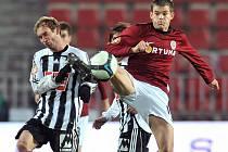Petr Dolejš dostal od trenéra jaroslava Šilhavého proti Spartě v základní sestavě. Na snímku bojuje na Letné s domácím Lubošem Kaloudou.