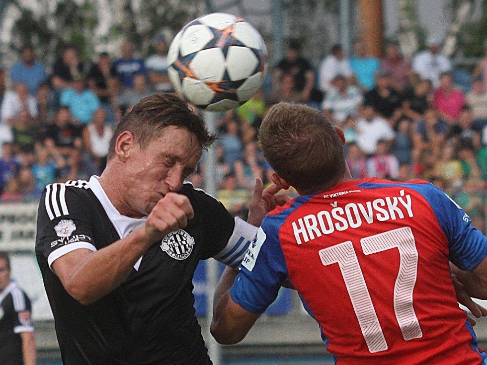Petr Benát patřil proti Mladé Boleslavi k oporám Dynama (na snímku z utkání s Plzní bojuje s Hrošovským).