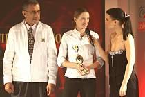 """""""Když mám mluvit do mikforonu, to bych raději trénovala,"""" směje se Lucie Sekanová (uprostřed), která odpovídala na zvídavé otázky moderátorky Gábiny Partyšové. Sekanová se na podiu sešla i s hokejovou legendou Jaroslavem Pouzarem."""