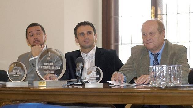 Středeční tiskovky se zúčastnili i primátor Juraj Thoma, jihočeský hejtman Jiří Zimola a hlubocký zastupitel Karel Vácha.
