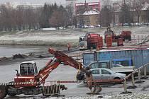 Nové kotviště u Dlouhého mostu v Českých Budějovicích bude určené pro malá plavidla,budují ho Vodohospodářské stavby bude dlouhé 260 metrů a práce majé skončit v září.