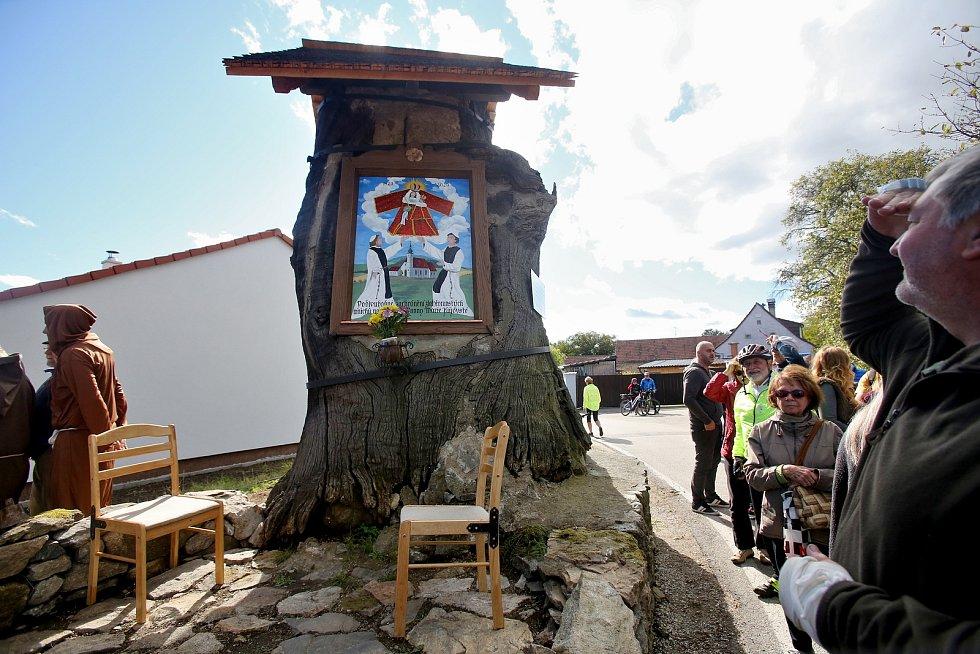 V Opalicích odhalili obnovený obraz na prastarém dubu.