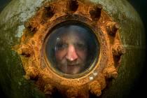Podvodní experiment v zatopeném lomu Slověnický mlýn u Lišova, kde je v hloubce 10 metrů umístěn tzv. keson. V pondělí padne nový český rekord v nepřerušeném pobytu člověka pod vodou.