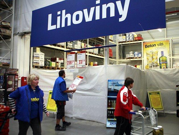 Zaměstnanci prodejny Makro v Českých Budějovicích zakryli v sobotu ráno všechny regály s tvrdým alkoholem plachtou. Nakupující to většinou přijímali bez výhrad. Někteří však požadovali vrácení peněz za dříve zakoupené zboží.
