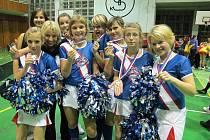 Ledenický tým roztleskávaček se loni poprvé zúčastnil celorepublikové soutěže. Hned si přivezly  bronzové medaile. Trenérka Veronika Pokorná druhá zleva.