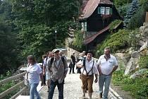 Michael Sellner (vpředu) a další aktivisté z KuLaMu ve Vimperku.
