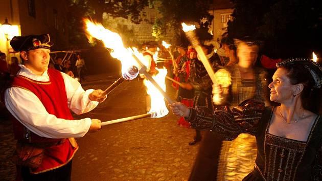 V Českém Krumlově se od 17. do 19. června uskuteční Slavnosti pětilisté růže. Přinesou několik novinek, ale také tradiční průvody, kostýmovaný a ohňový (na snímku).