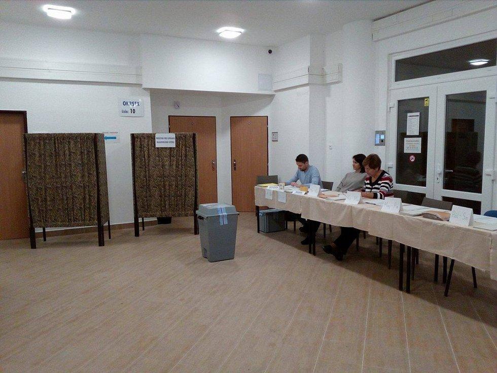 Volby z volebního okrsku 9. a 10. v Bytovém domě v Čéčově ulici v Českých Budějovicích.