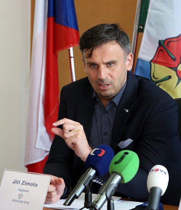 Z tiskové konference Jiřího Zimoly k výstavbě rekreačních domů Lipno - Slupečná.