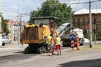 Starý povrch vozovky i chodníků v dalším úseku Žižkovy ulice mizí. V úterý se na staveništi činila fréza, kvůli které nabíraly některé spoje hromadné dopravy krátkodobá zpoždění. Právě pro autobusy a trolejbusy neplatí uzavírka rekonstruovaného úseku.