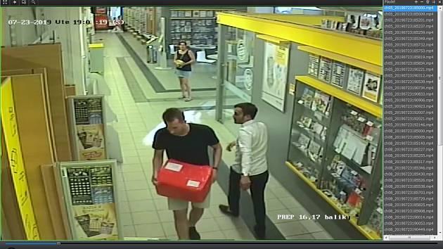 Fotografie z kamerového systému zachycující dvojici mužů koncem července při odesílání balíku.